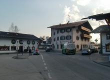 Dorferneuerung Wallgau 23.03.2012: Unfall an der Engstelle am Dorfplatz zwischen PKW und Tanklastwagen