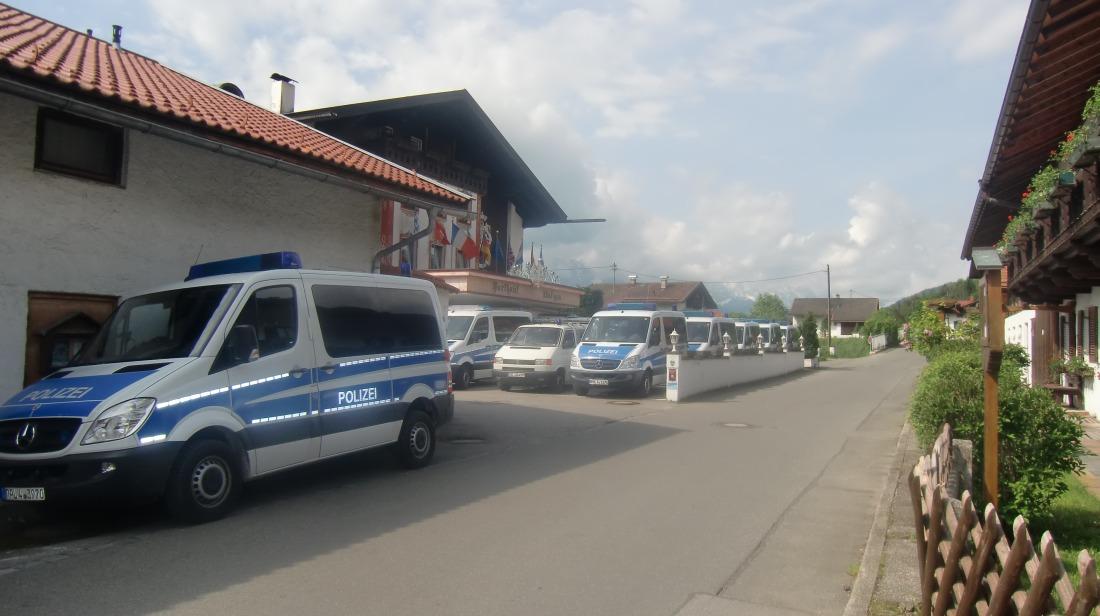 8 Tage vor dem Gipfel. Einsatzfahrzeuge vor dem Parkhotel in Wallgau