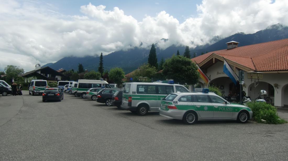 Der Gipfel hat begonnen. Verpflegungsstation der Polizei im Haus des Gastes in Wallgau