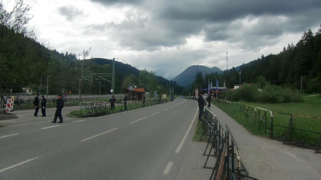 Der Gipfel hat begonnen. Sicherung der B2 aus Richtung Garmisch-Partenkirchen