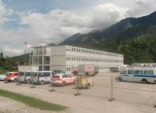 10 Tage vor dem Gipfel. Containerkrankenhaus auf dem Sportplatz in Krün