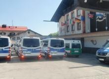 4 Tage vor dem Gipfel. Einsatzfahrzeuge vor dem Parkhotel in Wallgau