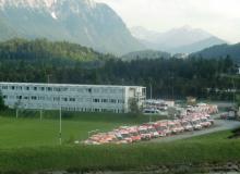4 Tage vor dem Gipfel. Containerkrankenhaus auf dem Sportplatz in Krün
