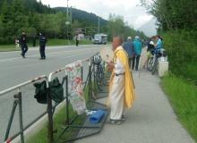 Der Gipfel hat begonnen. Der einzige Demonstrant der bis Klais gekommen ist. Nach Angaben von Anwohnern hat der buddistische Mönch ohne Unterbrechung währende des Gipfels für den Frieden getrommelt. Auch Nachts.