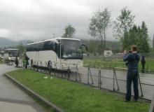 Der Gipfel hat begonnen. Ein Pressekonvoi fährt zurück zum Pressezentrum im Eisstation in Garmisch-Partenkirchen