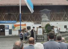 Pfarrer Wehrsdorf und der Trachtenverein gedenken der gefallenen und vermissten Mitglieder der beiden Weltkriege