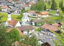 Wallgauer Dorfplatz mit Anwesen Kirchenböbl vom Magdalena Neuner Panoramaweg aus gesehen am 21.05.2017