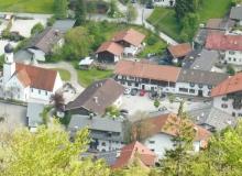 Wallgauer Dorfplatz mit Anwesen Kirchenböbl vom Krepelschroffen aus gesehen am 21.05.2017
