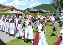 Parkfest am 13.08.2017 in Wallgau. Um 14 Uhr Einzug der Musikkapelle und der Trachtler vom Trachtenverein D'Simetsbergler Wallgau