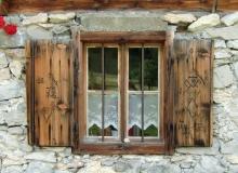 Altes Fenster eines Bauernhauses in Leutasch