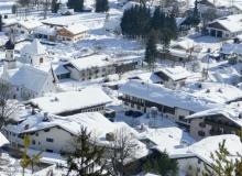 Wallgauer Dorfplatz im Winter, gesehen vom Magdalena Neuner Panoramaweg