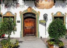 Alte Haustür am Eingang des Wallgauer Posthotels