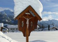 Feldkreuz in Wallgau vor Soiern- und Karwendelgebirge