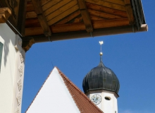 Pfarrkirche St. Jakob unter dem Dach des Anwesens Kirchenböbl am Wallgauer Dorfplatz