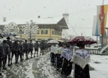 Kirchenzug zum Trachtenjahrtag in Wallgau bei Schneetreiben am 05. Mai 2019