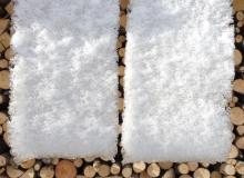 Schneebrett vor Brennholz (keine Fotomontage)