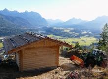 Neuer Unterstand auf dem Krepelschroffen über Wallgau mit Blilck aufs Isartal und Karwendelgebirge
