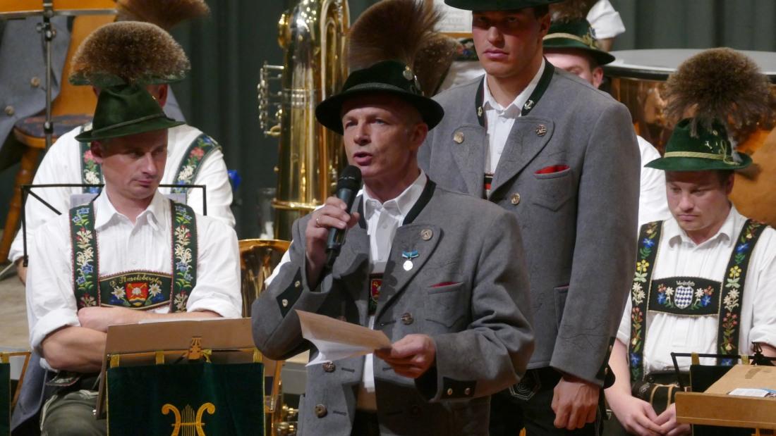 Jahresabschlusskonzert der Musikkapelle Wallgau am 29.12.2018 Paul Neuner bedankt sich bei langjährigen Wegbegleitern in der Musikkapelle Wallgau