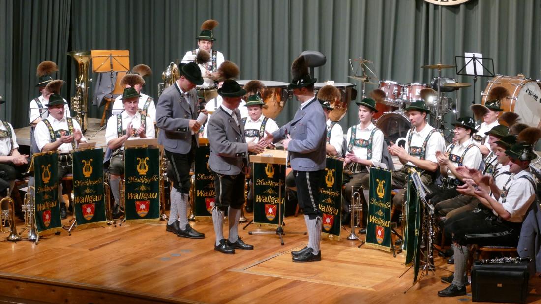 Jahresabschlusskonzert der Musikkapelle Wallgau am 29.12.2018 Paul Neuner übergibt den Dirigentenstab an Leonhard Breith