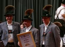 Jahresabschlusskonzert der Musikkapelle Wallgau am 29.12.2018 Paul Neuner wird vom 1. Vorstand Albert Neuner und 2. Vorstand Franz Berwein zum Ehrenmitglied ernannt