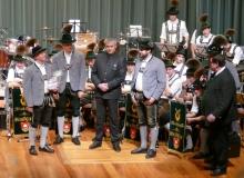 Jahresabschlusskonzert der Musikkapelle Wallgau am 29.12.2018 Vertreter der Ortsvereine überreichen ein Geschenk
