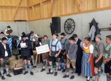 25-jähriges Jubiläum Holzhackerverein Wallgau am 06.07.2019. Die Ortsvereine überreichen ihr Geschenk