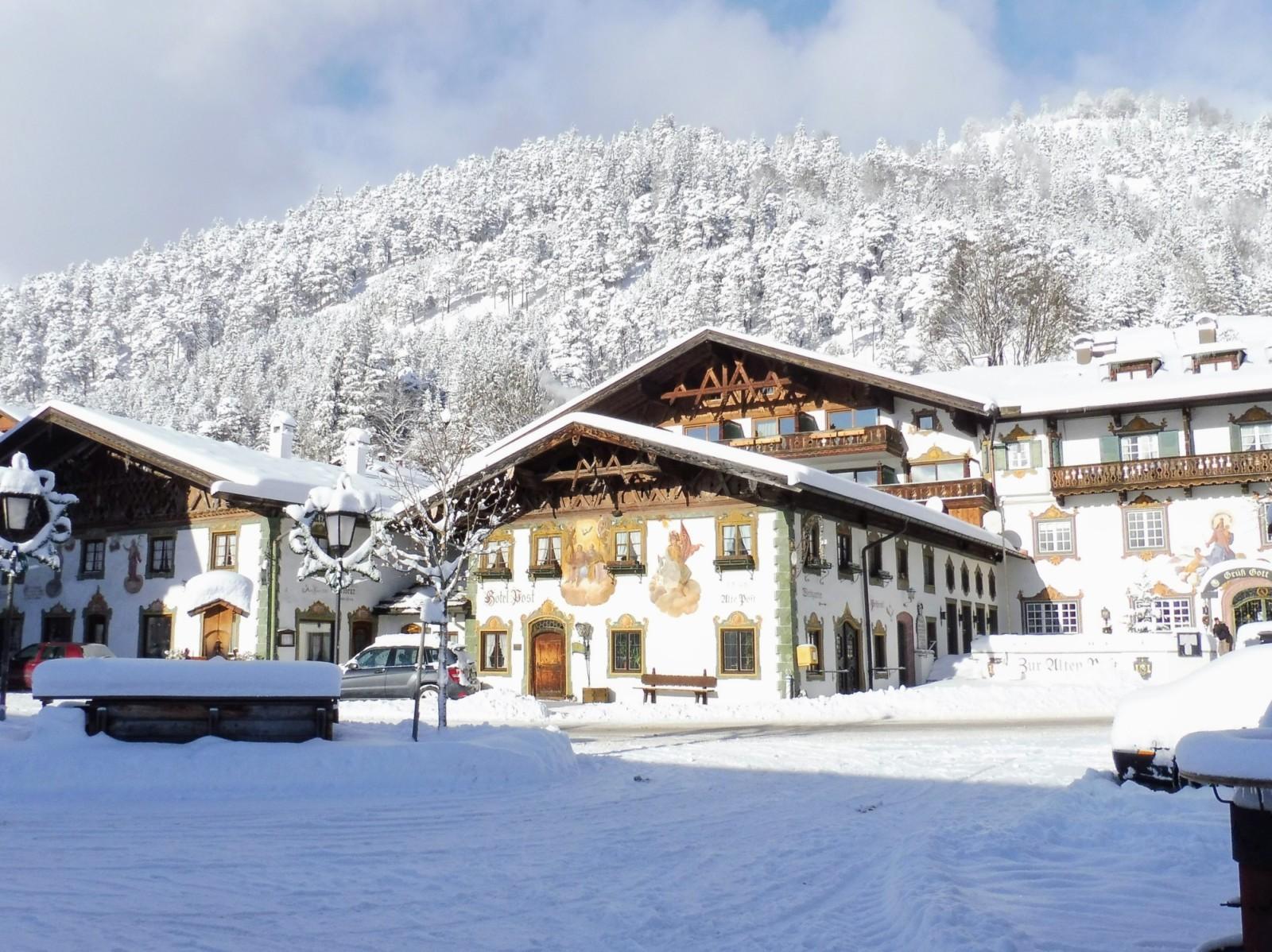 Tief verschneiter Wallgauer Dorfplatz