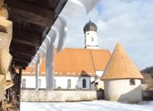 Schneebrett vom Blechdach vor der Wallgauer Kirche St. Jakob