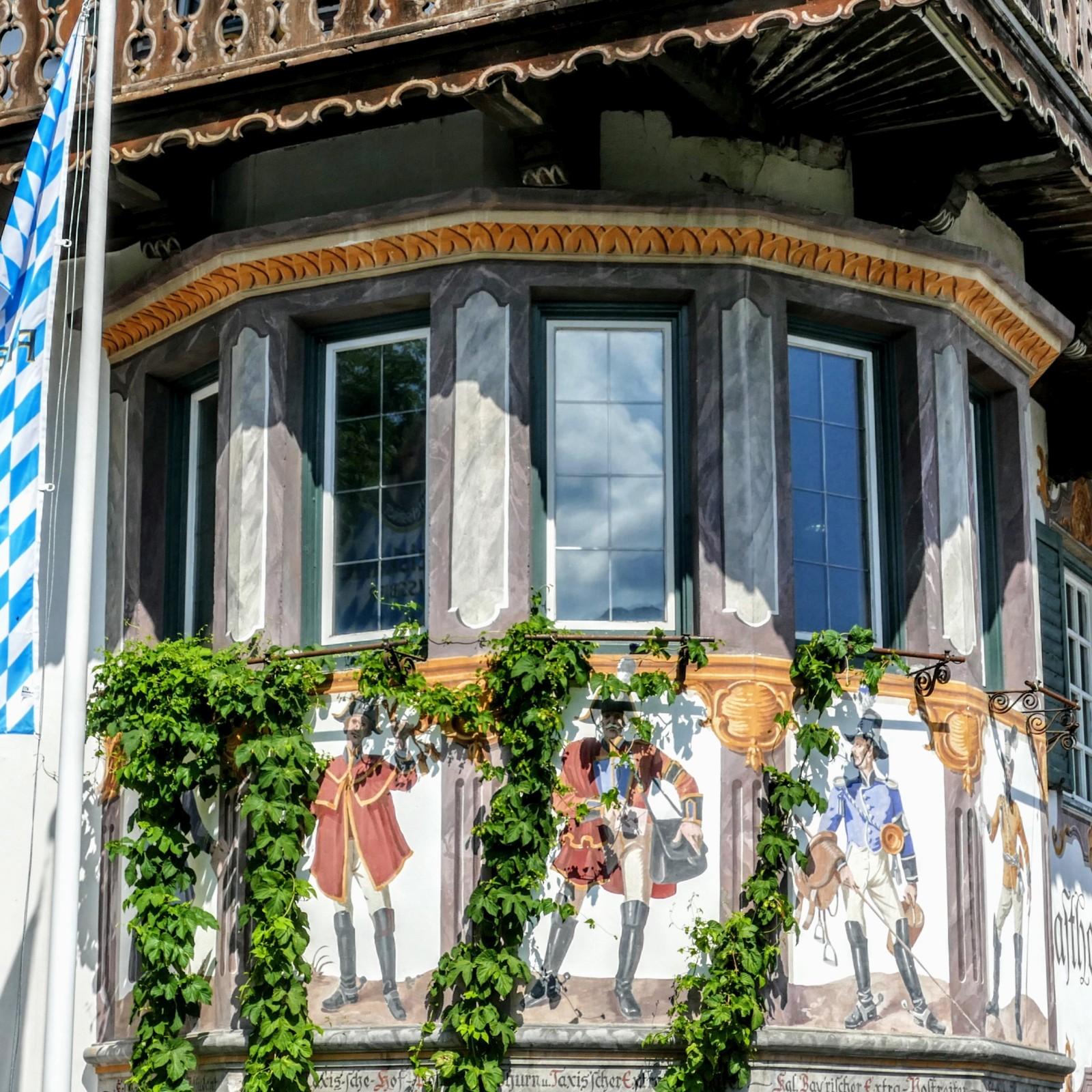 Lüftlmalerei Postkutscherszenen von 1907 am Gasthof Zur Post in Wallgau