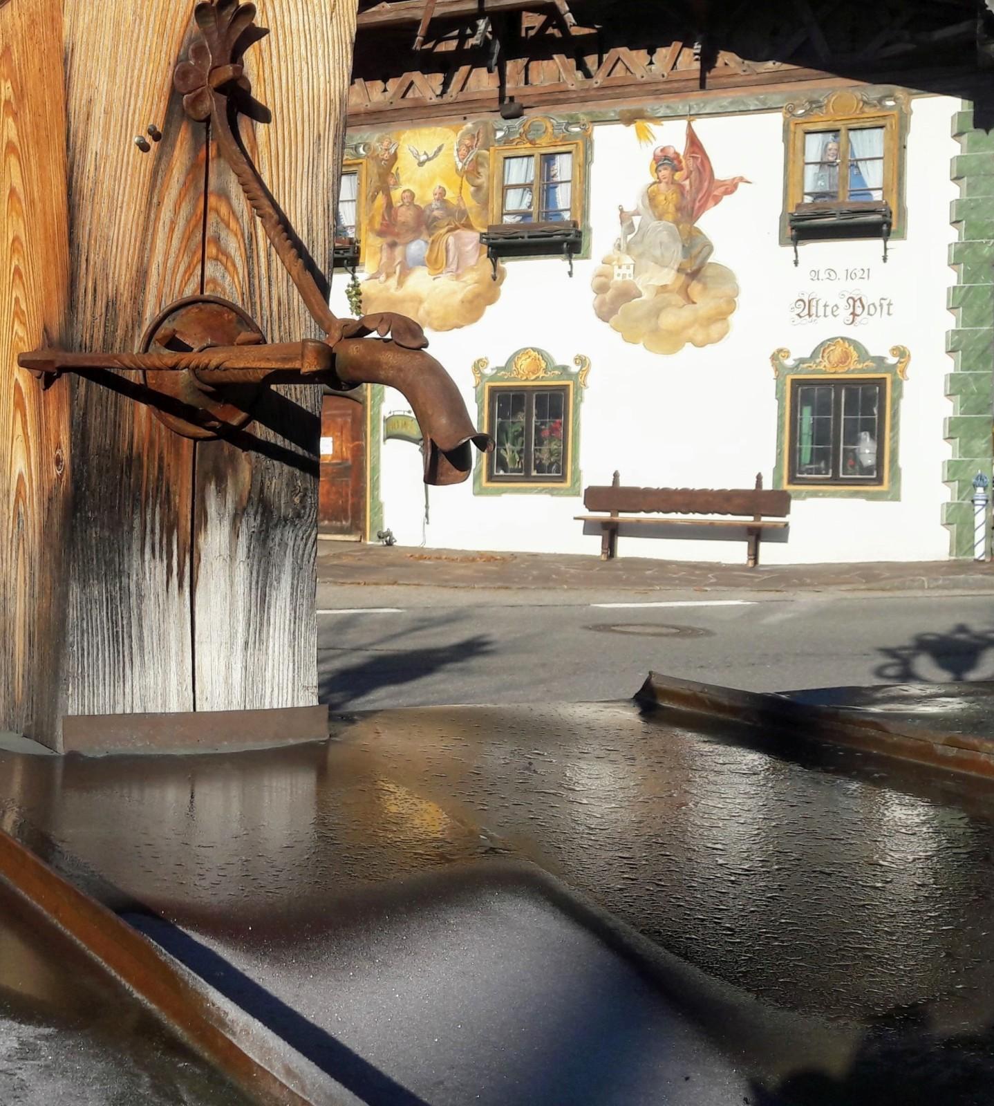 Reif taut in der Morgensonne am Wallgauer Dorfplatz