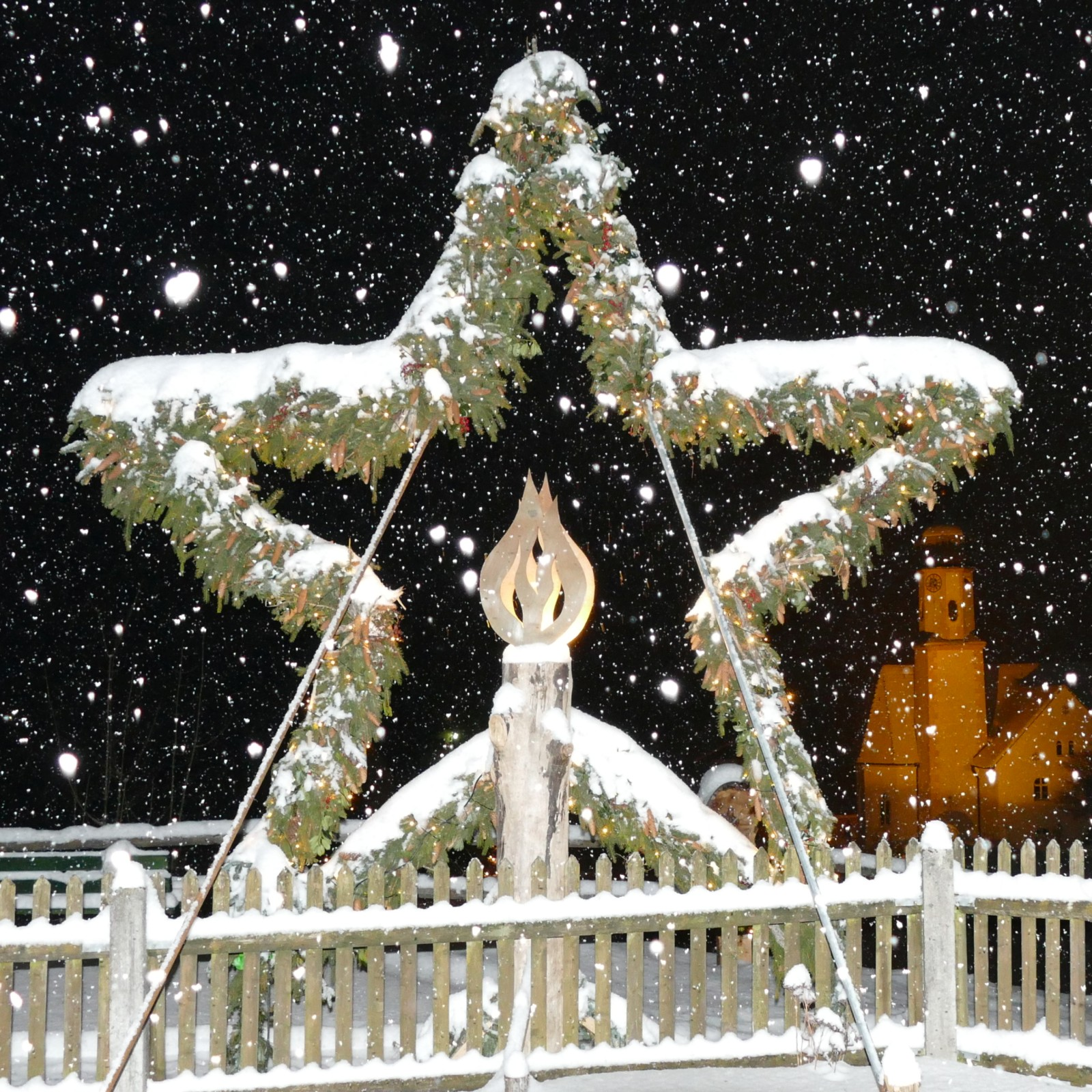 Mit viel Schnee der Stern an der Sonnleiten in Wallgau. Im Hintergrund Pfarrkirche St. Jakob