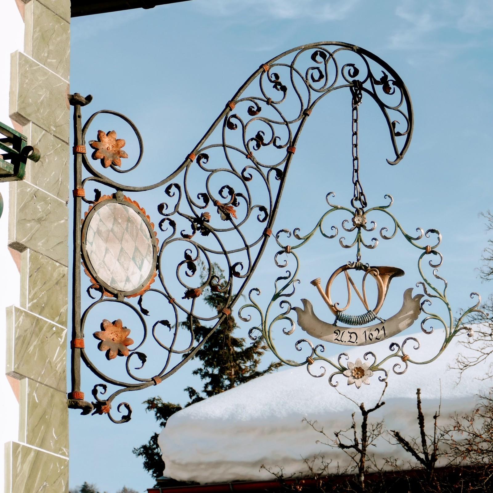 Wirtshausschild des Gasthofes Post in Wallgau