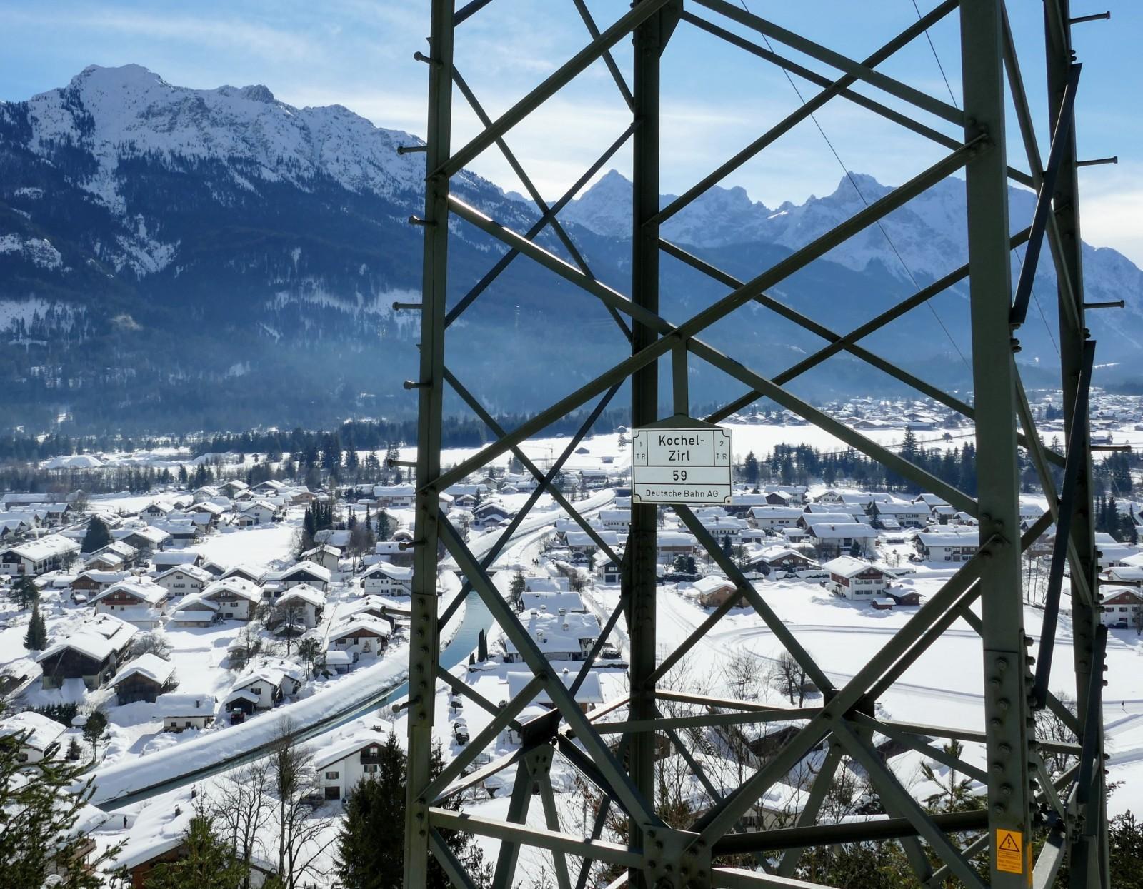 Blick vom Magdalena Neuner Panoramaweg auf das verschneite Isartal