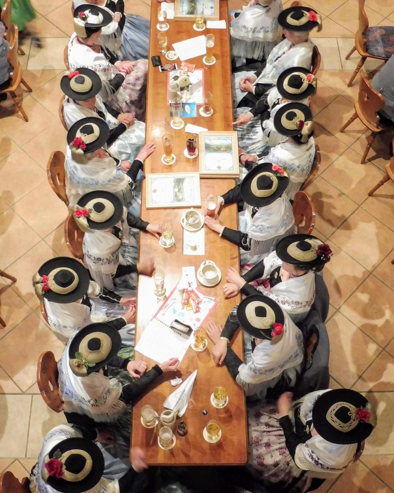 Schnurhuttisch beim Trachtenjahrtag in Wallgau. Trachtlerinnen mit Kirchentracht