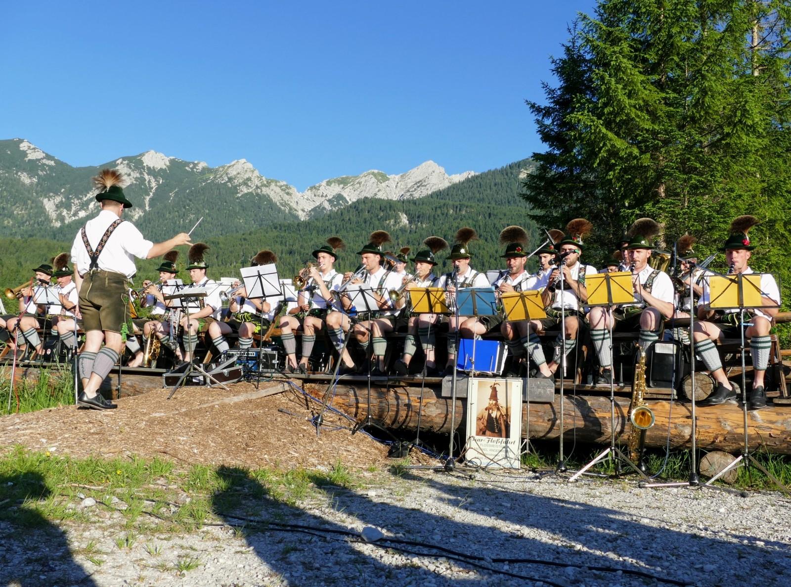 Konzert der Musikkapelle Wallgau auf der Floßbühne an der Isar Concert with the wallgau brass band at the raft stage on the isar river