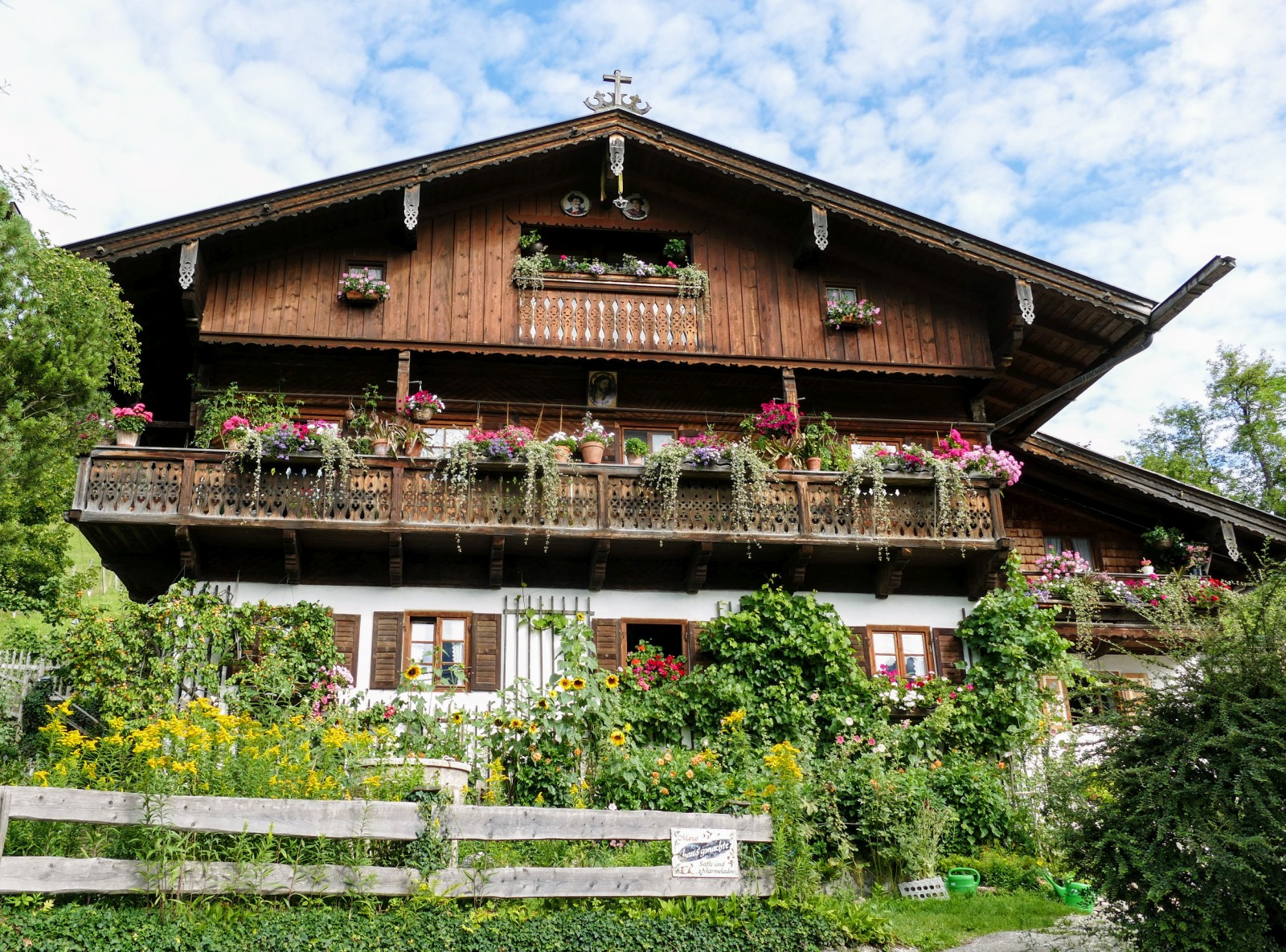 Altes blumengeschmücktes Anwesen aus dem 17./18. Jahrhundert an der Sonnleiten in Wallgau