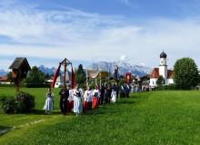 Fronleichnamsprozession in Wallgau. Im Hintergund Pfarrkirche St. Jakob und Wettersteingebirge.