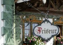 Zunftschild des wallgauer Friseurs am Dorfplatz