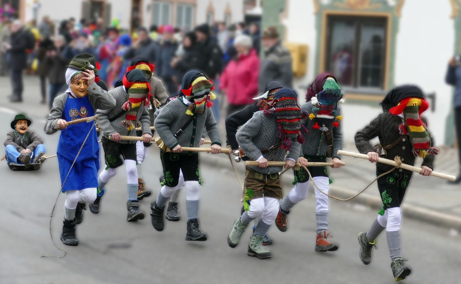 Maschkera am Unsinnigen Donnerstag in Wallgau