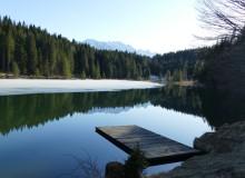 Spiegelung des Wettersteingebirges im Grubsee mit dem letzten Eis