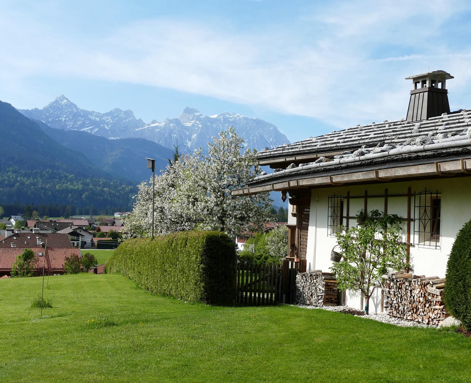 Haus mit Schindeldach und Obstgarten an der Sonnleiten in Wallgau