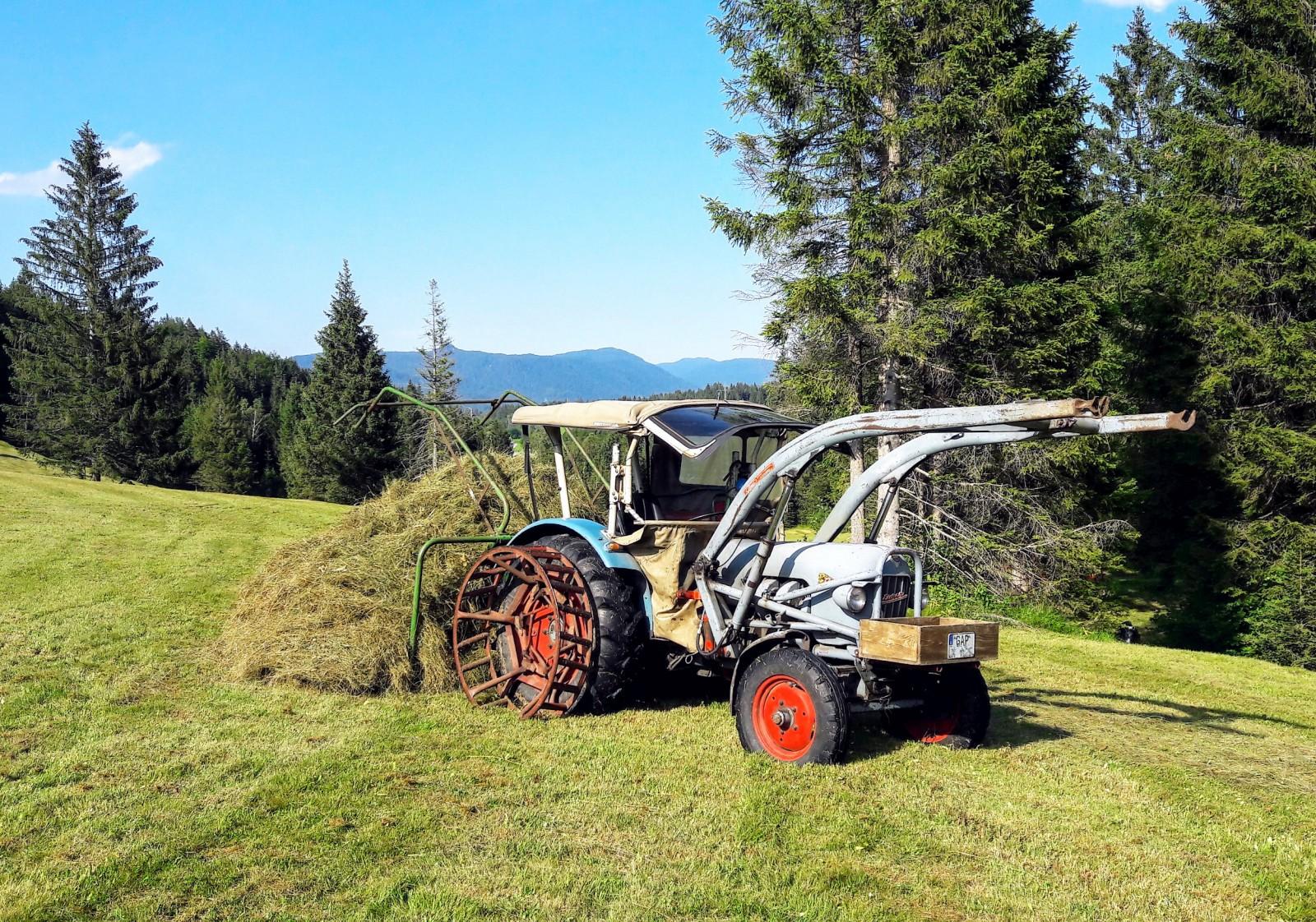 Eicher Traktor Modell Panther mit Heuzange bei Krün. Landmaschinentechnik Made in Bavaria.