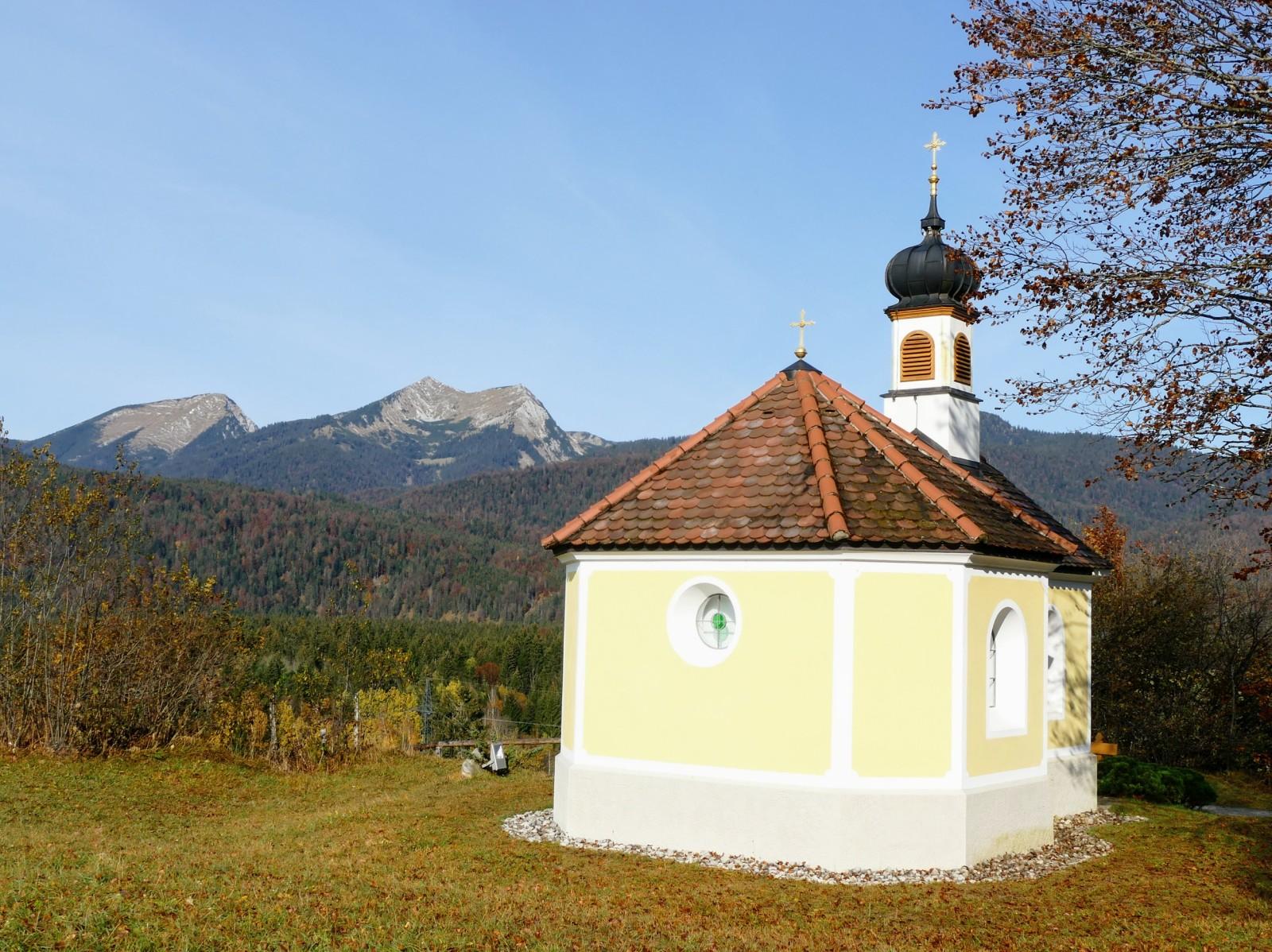 Kapelle Maria Rast mit dem 2086m hohen Krottenkopf im Hintergrund