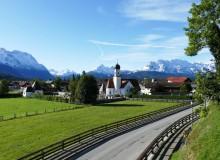 Kirche St. Jakob in Wallgau vor frisch angeschneiten Berggipfeln