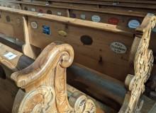 Namensschilder an den Kichenbänken in der Pfarrkirche St. Peter und Paul in Mittenwald. In vergangener Zeit konnten sich die Kirchgänger durch die Bezahlung eines Stuhlgeldes einen festen Platz in der Kirche reservieren.