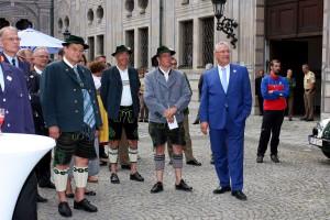 Staatsminister Joachim Herrmann bedankt sich bei Anton Speer, Thomas Schwarzenberger und Adolf Hornsteiner