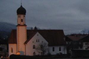 Kirche in Wallgau in der Dämmerung
